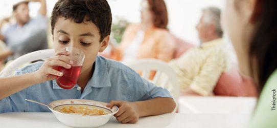 Moderar o consumo de bebidas durante as refeições é uma boa pedida.