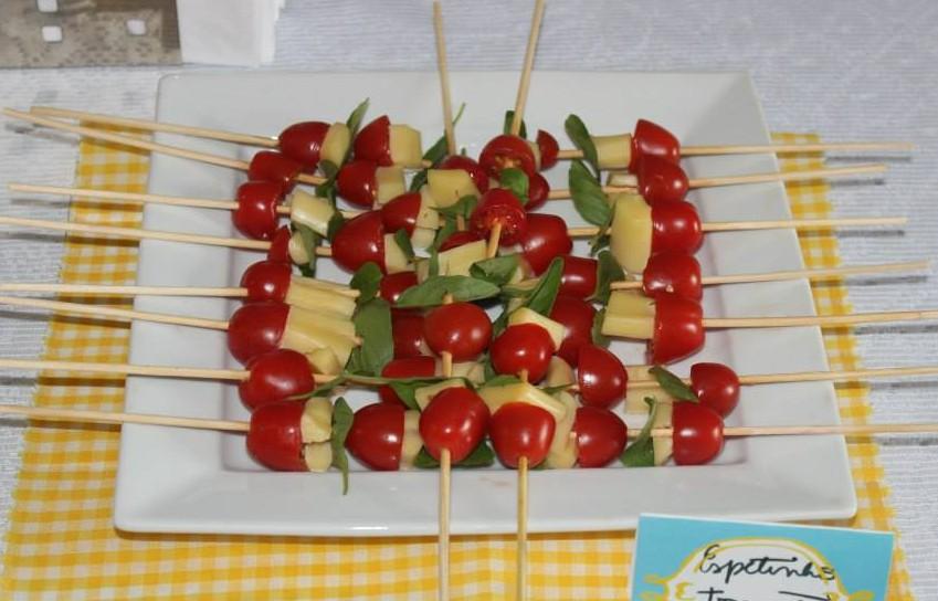 Espetinho de tomate, queijo e manjericão. (Crédito: Revista Vínculo)